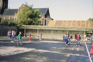 Collège Dominique SAVIO - La cour de récréation. En arrière-plan l'église Saint-Sépulcre